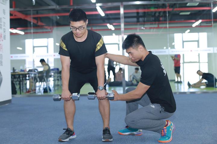 """换""""高薪""""工作: 选择好健身教练学校是第一步"""